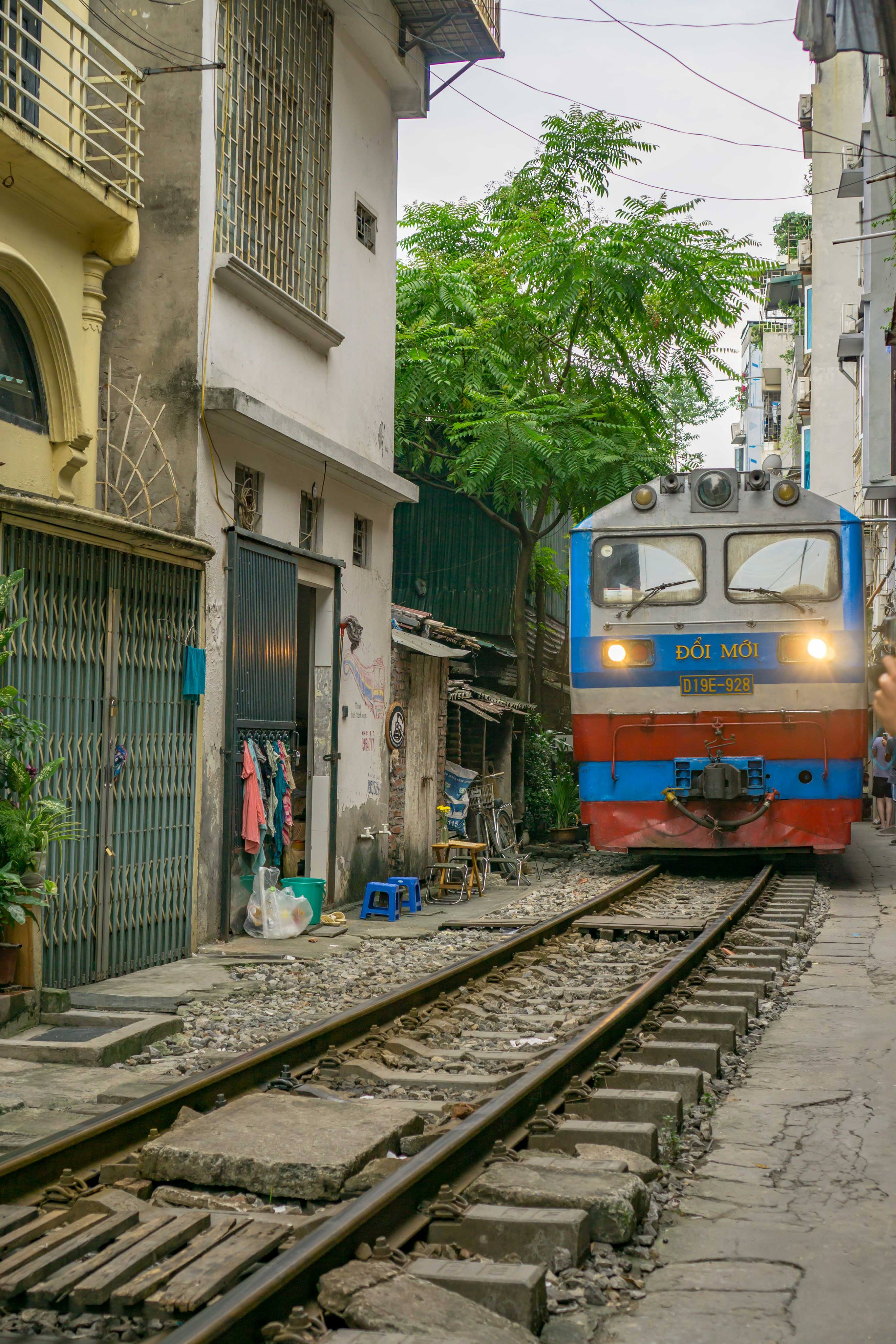 train street hanoi train time