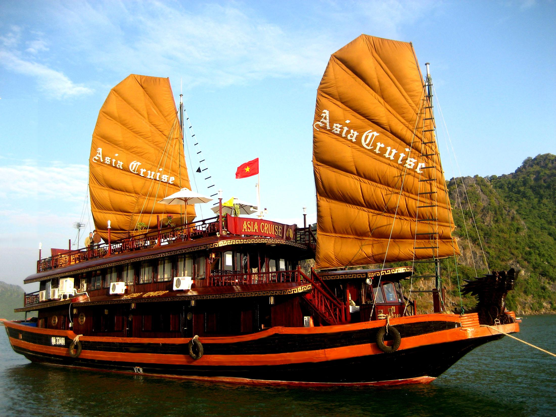 Asia_cruise_in_Halong_bay_Vietnam